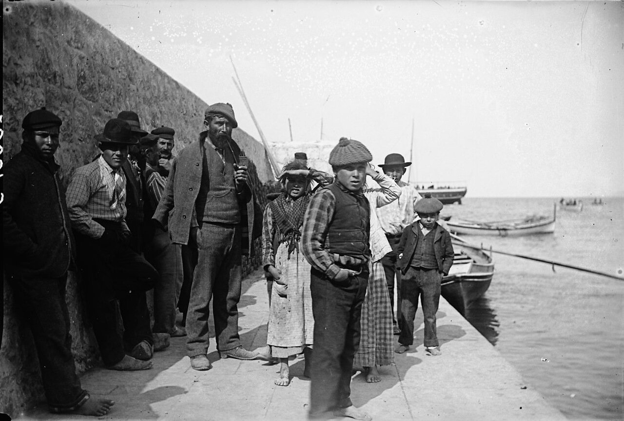 1900. Местные жители в гавани на Капри.