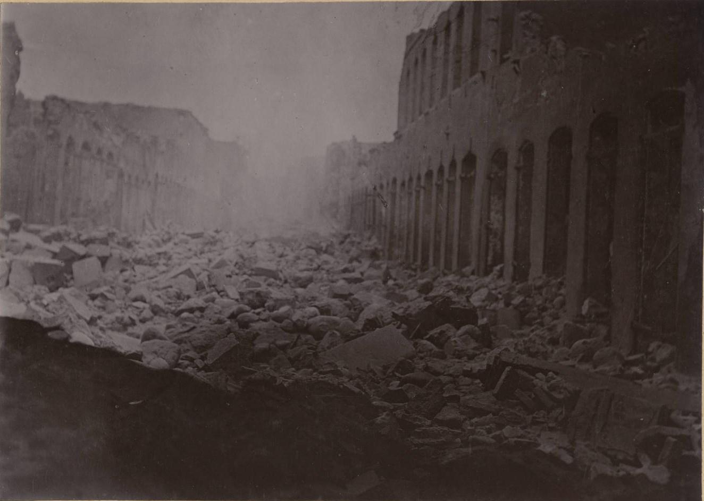 Вид зданий и и груды щебня после извержения вулкана