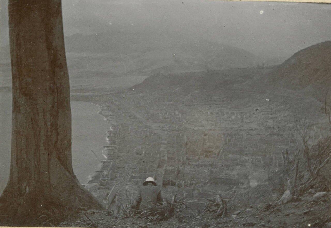 Вид на Сен-Пьер после извержения вулкана