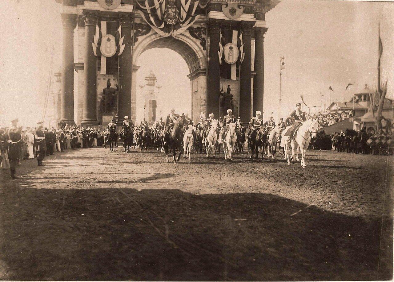 Император Николай II (справа), слева - великий князь Владимир Александрович, в центре - министр императорского Двора и уделов, генерал-адъютант, граф И.И.Воронцов-Дашков