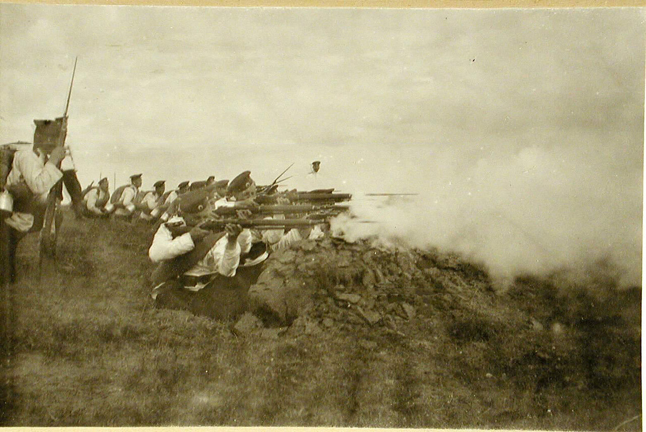 44. Воспитанники во время учений по стрельбе