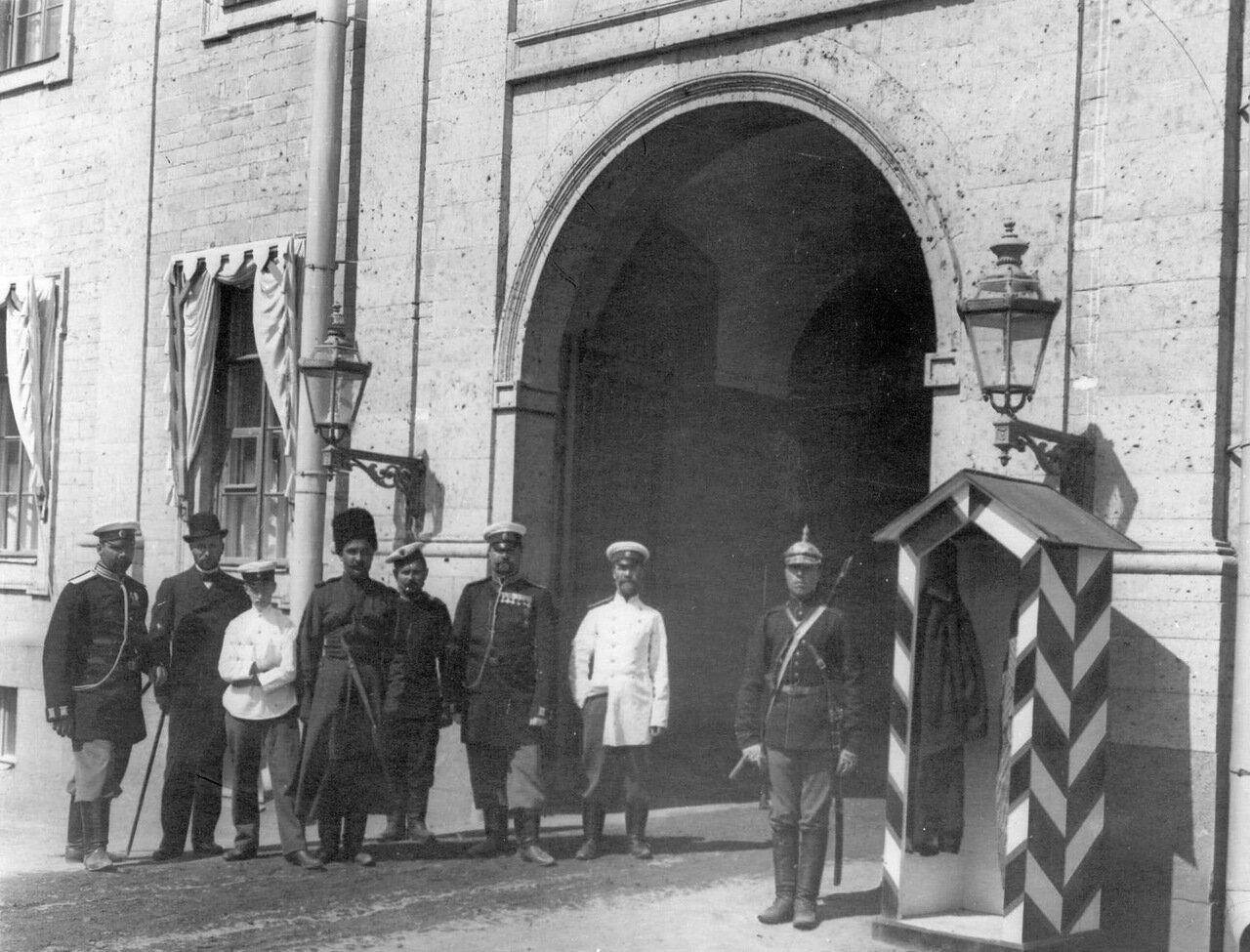 Группа охраны у ворот тюрьмы