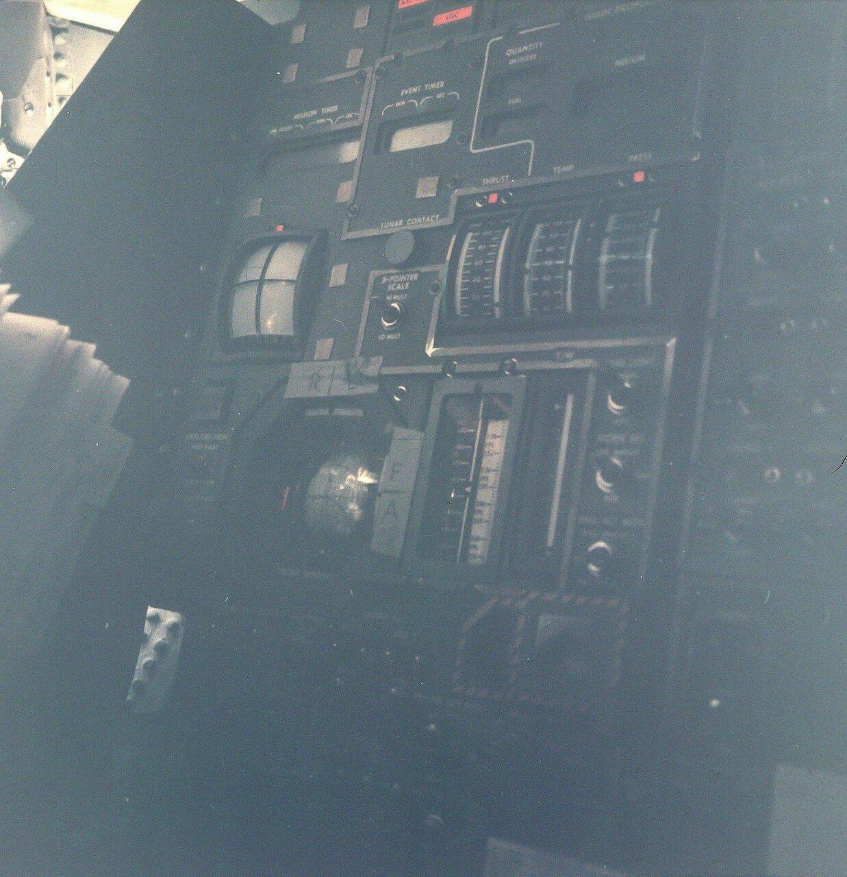 У Хьюстона и экипажа возникли закономерные сомнения в точности введения координат в бортовой компьютер ЛМ. На снимке: Вид панели управления Лунного Модуля