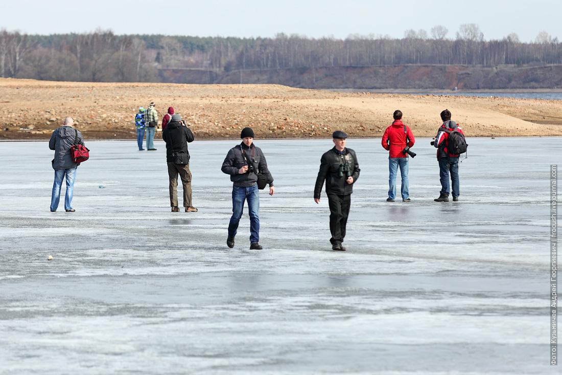народ идет по тонкому льду к Калязинской колокольне