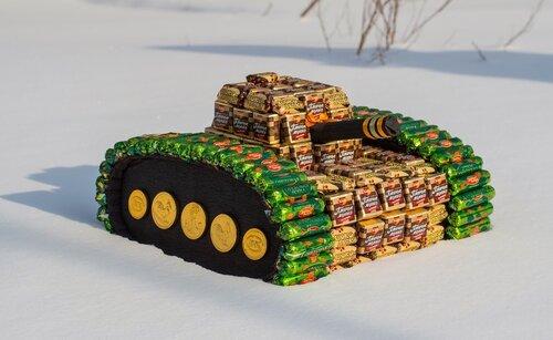 Большой танк из конфет