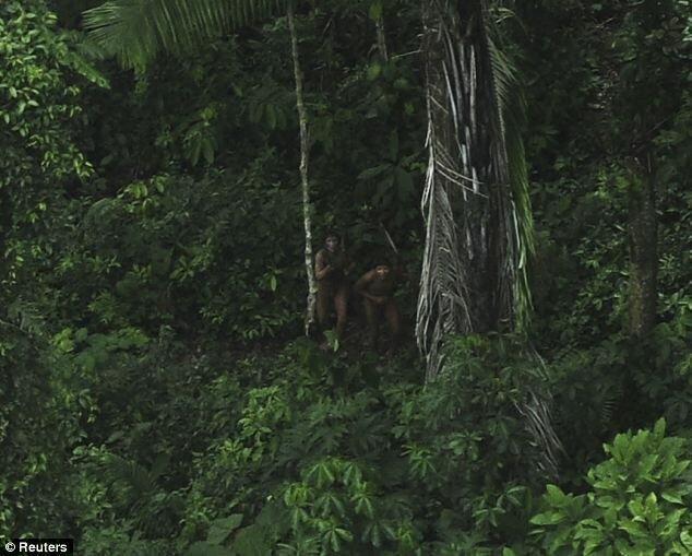 Жители племени впервые увидели самолет