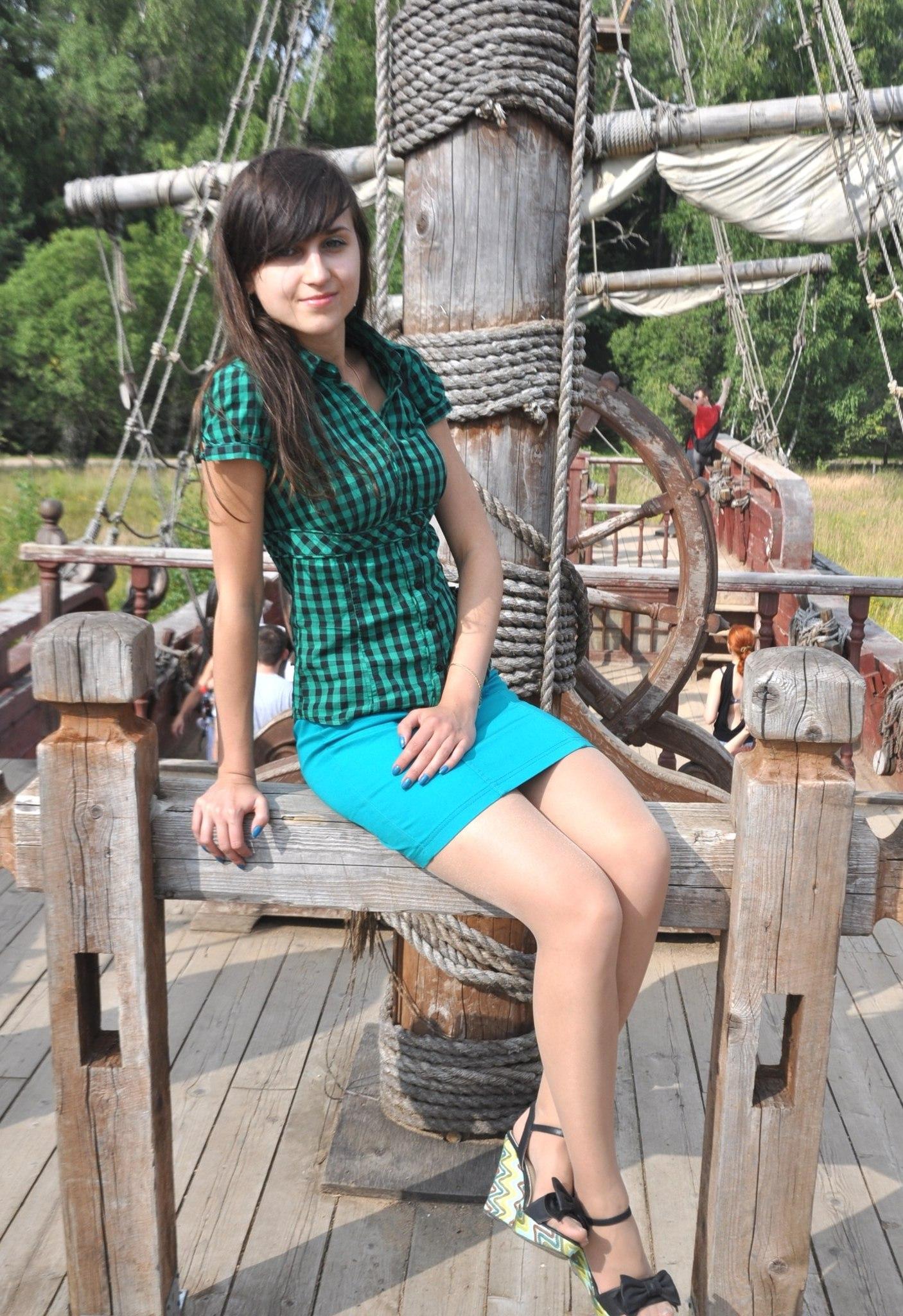 Красотка в клетчатой рубашке и юбке