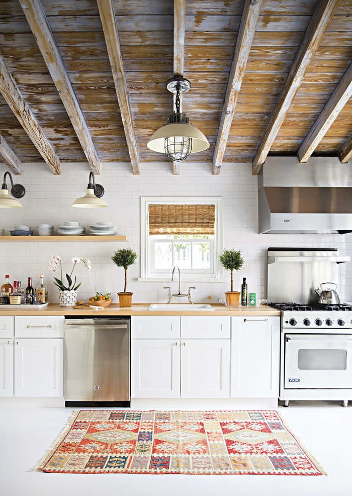 5. Если дерева в избытке и вы не хотите, чтобы кухня смотрелась массивно, можно отказаться от верхни