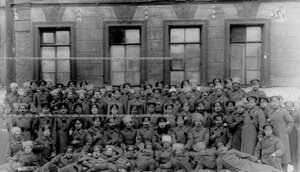 Группа запасного батальона полка во дворе казарм.