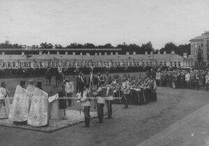 Молебен на плацу у  Большого Екатерининского дворца перед началом парада в день празднования  200-летнего юбилея полка.