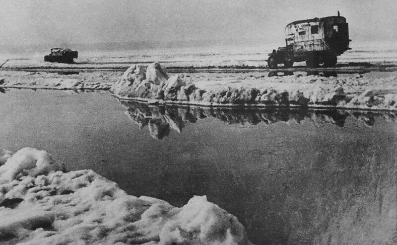 Идут последние машины. Апрель 1942 года.