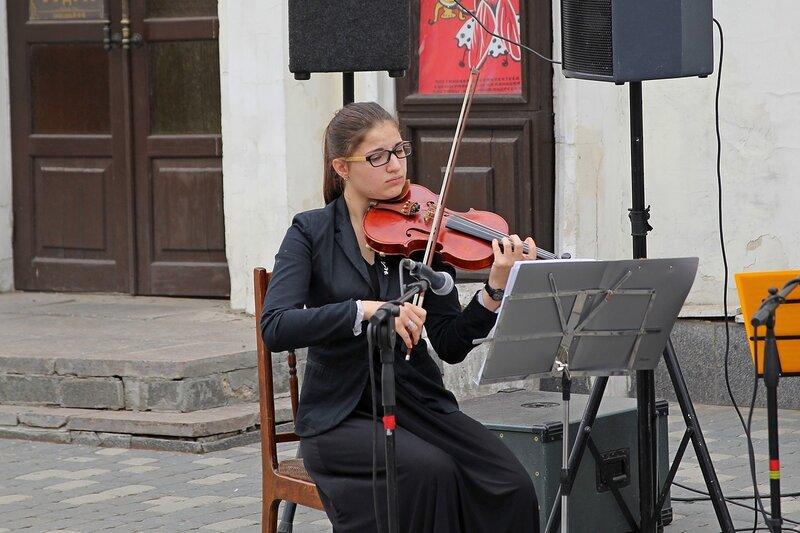 Вятский Арбат: девушка играет на скрипке