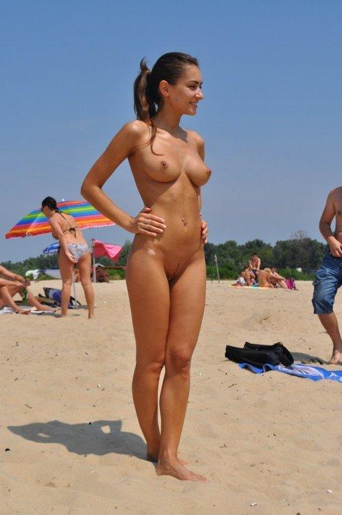 Голые телки на общественных пляжах, видео трахают грудастую азиатку