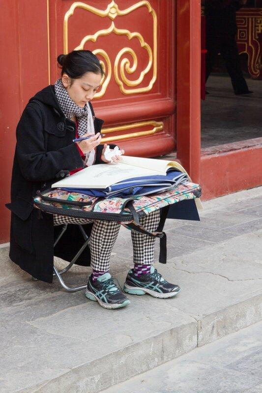 Молодая художница, монастырь Юнхэгун, Пекин