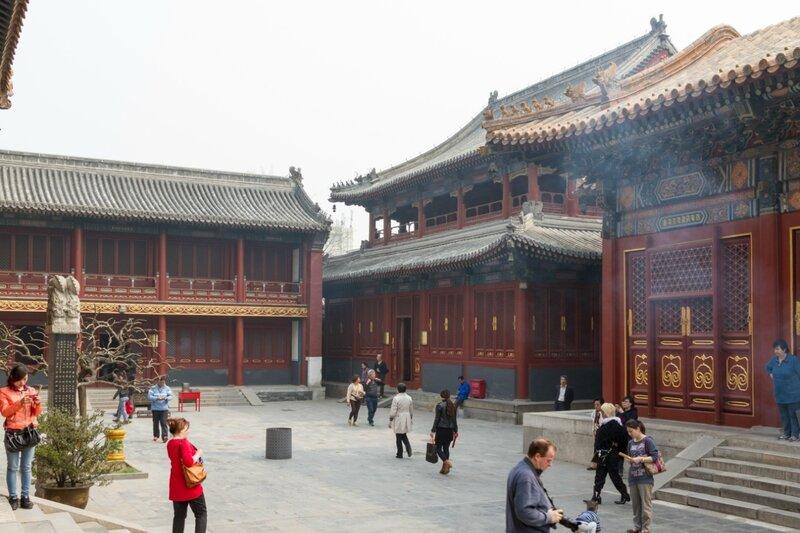 Двор перед Павильоном Десяти тысяч радостей, монастырь Юнхэгун, Пекин