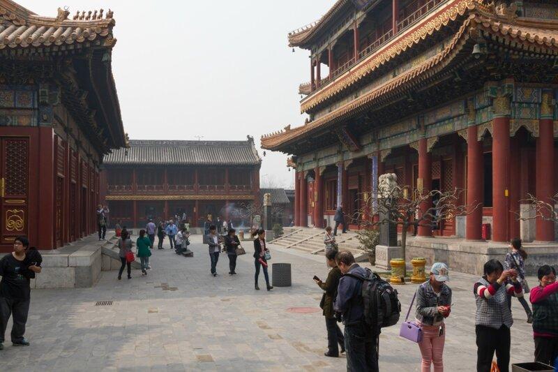 Двор перед Залом Десяти тысяч радостей, монастырь Юнхэгун, Пекин