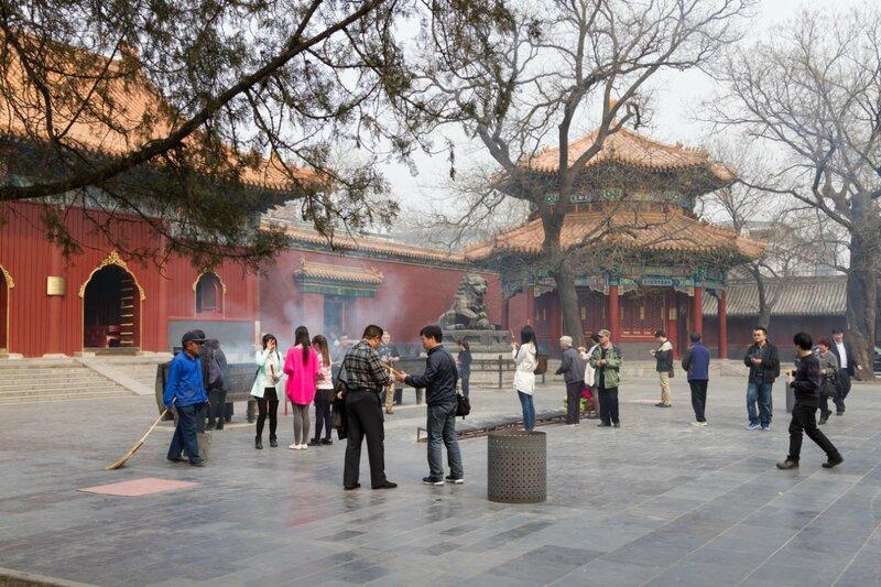 Двор перед Залом Небесных Царей, монастырь Юнхэгун, Пекин