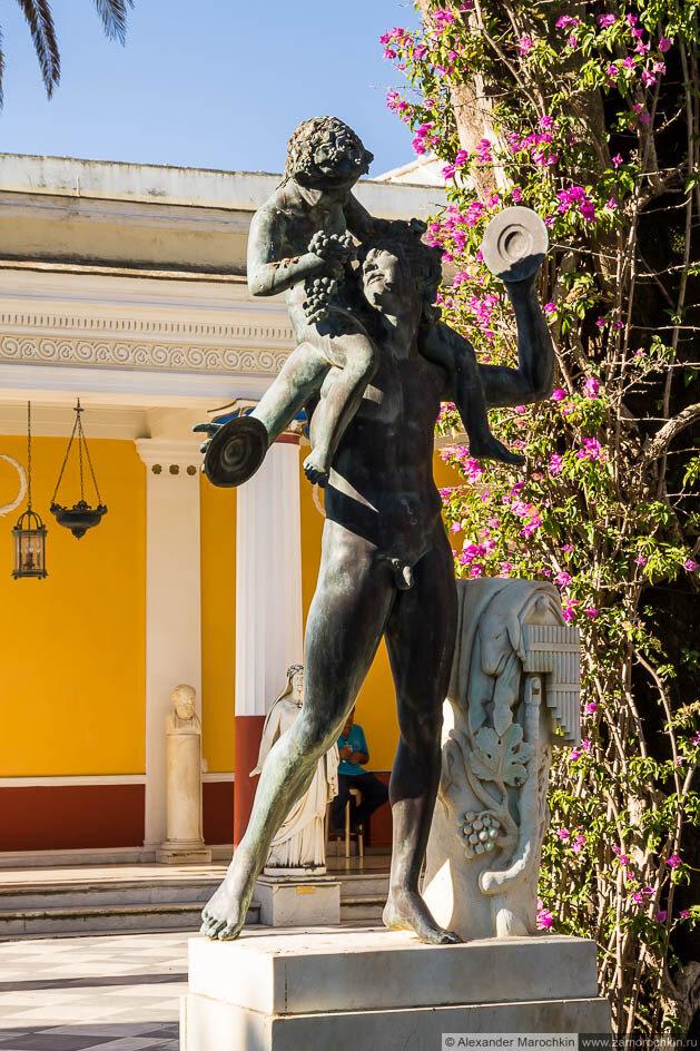 Скульптурная композиция во дворике дворца Ахиллеон