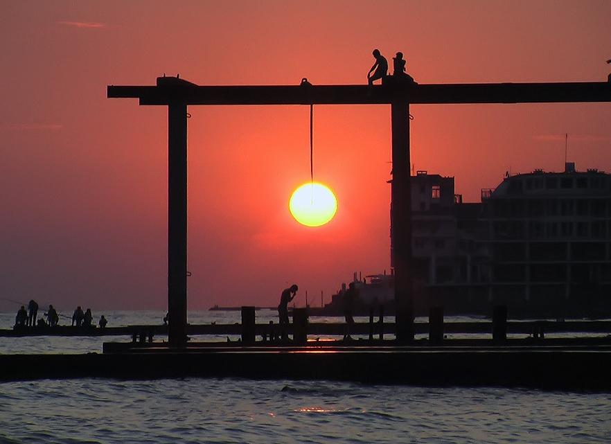 Фото 4. «Фотоприкол» из интернета - Солнце на закате. Похоже на подвес-шар, правда?