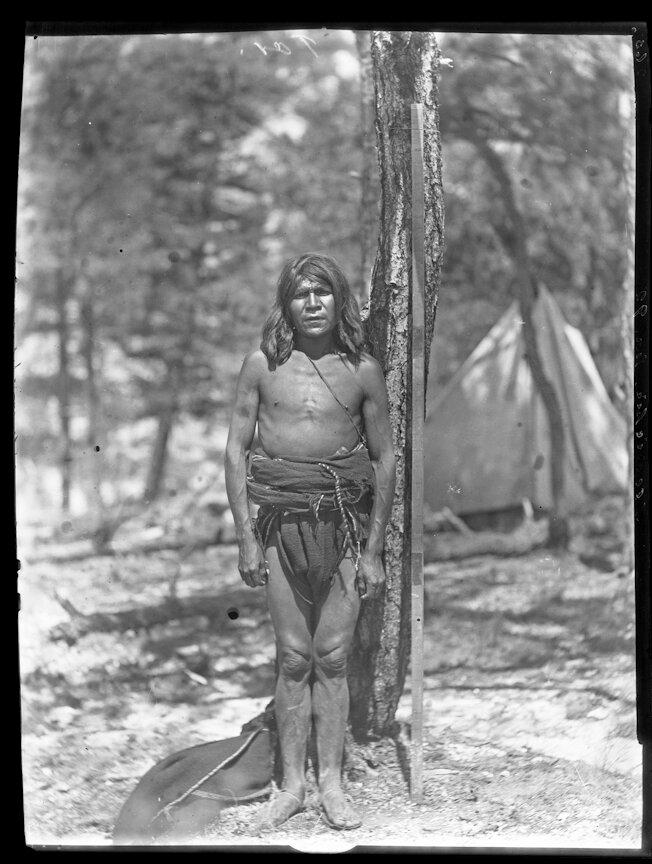 1892. Племя тараумара, обитающее в штате Чиуауа на северо-западе Мексики. Мужчина возле мерной рейки