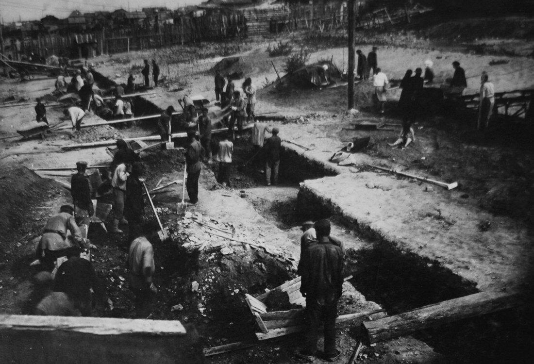 1931. Начало рытья котлована под фундамент для нефтебака