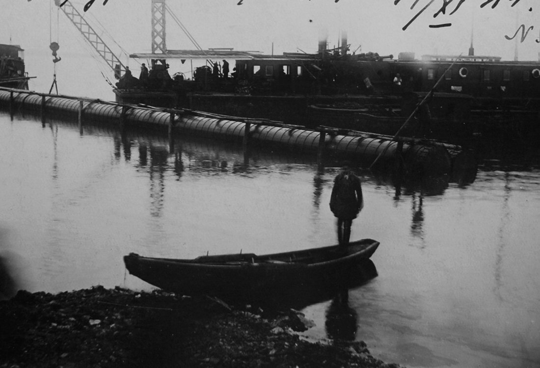 1931. Самотёчные трубы спущены в воду перед их загрузкой в канал