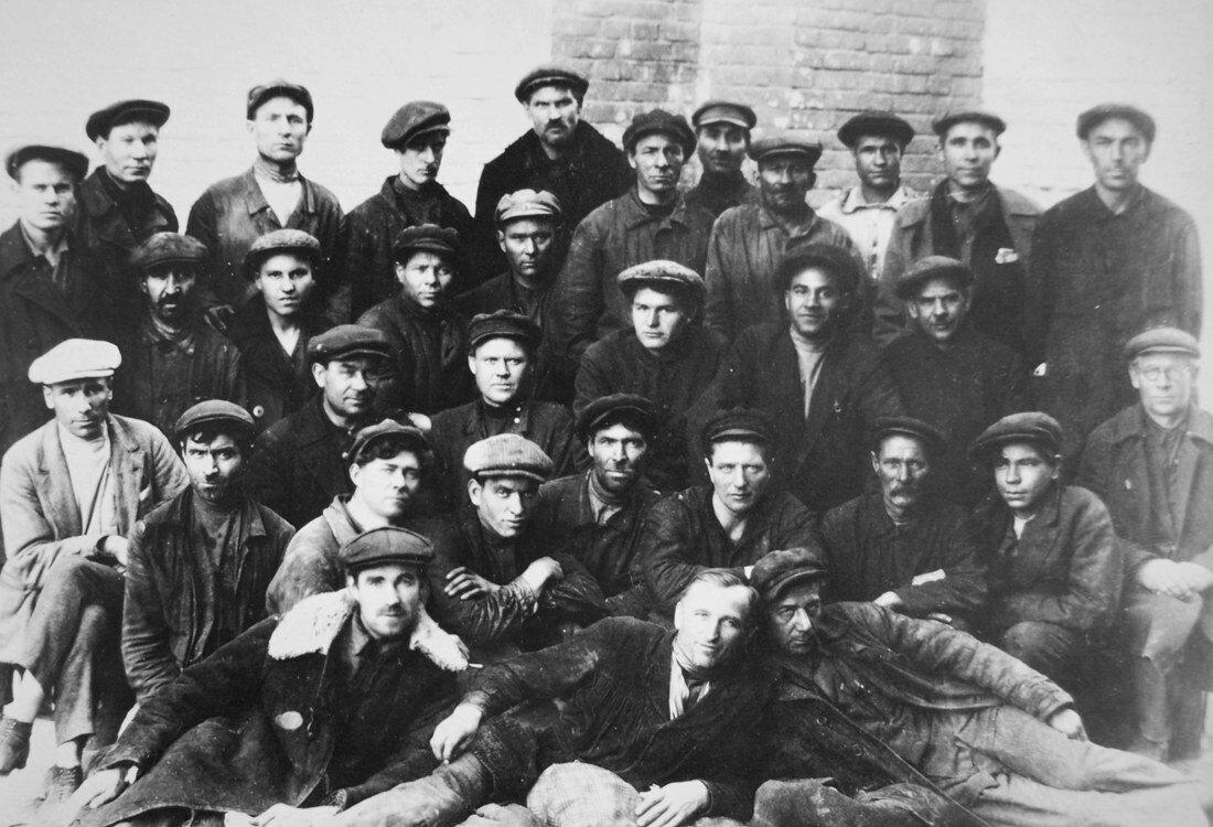 1936. Группа ремонтного персонала станции