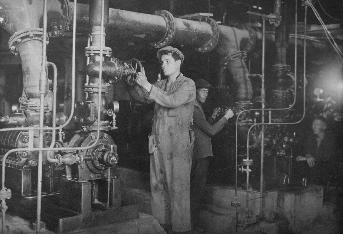 1938. На монтаже турбины №4