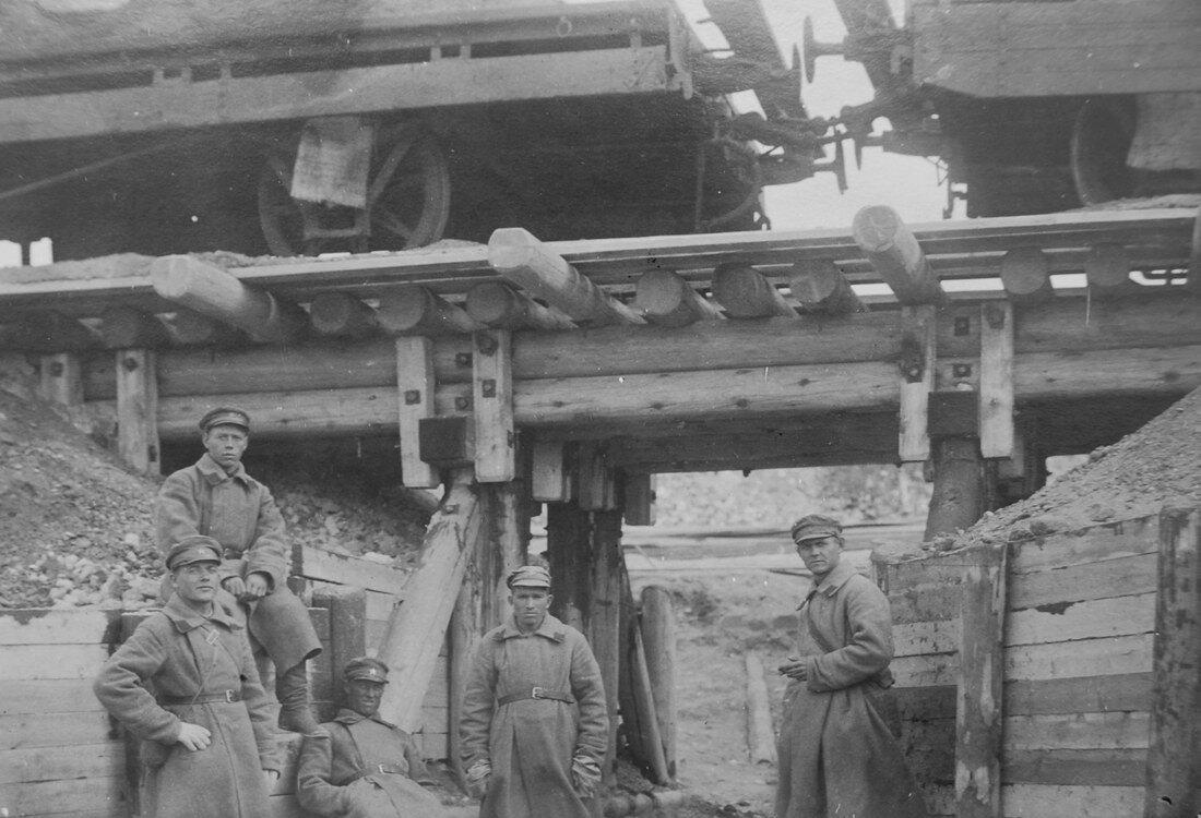 1941. Солдаты охраняют вагоны с углем