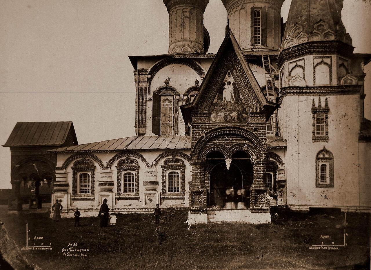 Вид части южного фасада церкви Иоанна Златоуста в Коровниках