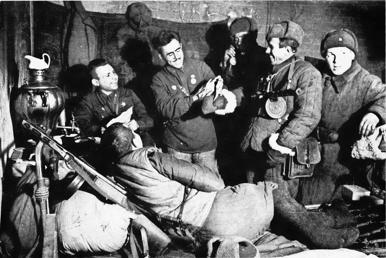 1942. Бойцы 13-й гвардейской стрелковой дивизии в Сталинграде в часы отдыха
