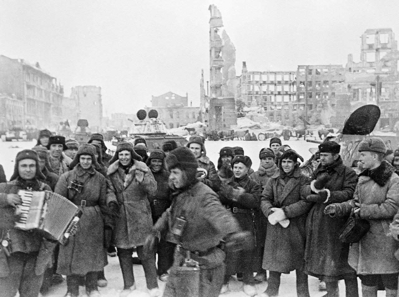 1943. Красноармейцы празднуют победу в Сталинградской битве на площади Павших борцов