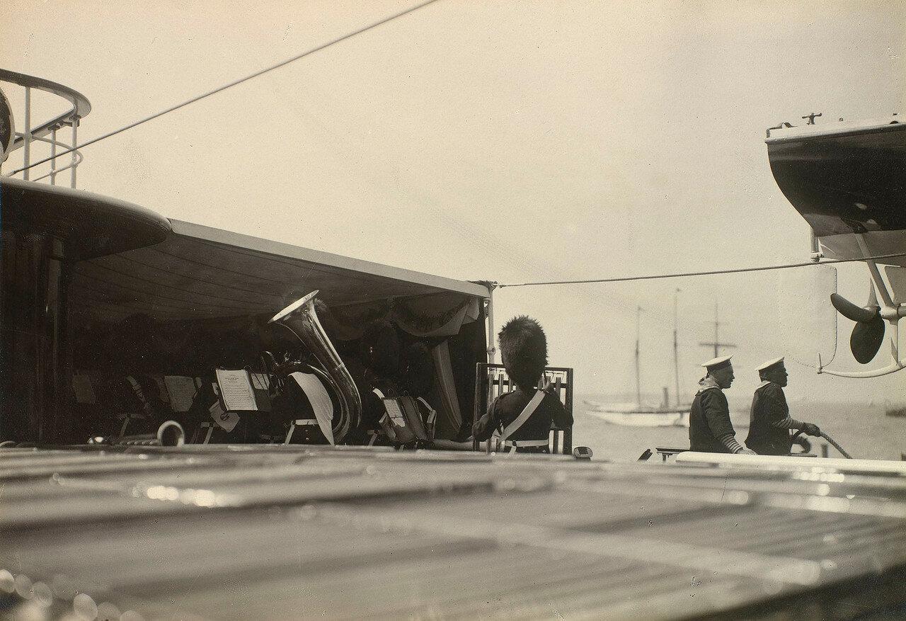 Оркестр играет на палубе Императорской яхты «Штандарт»