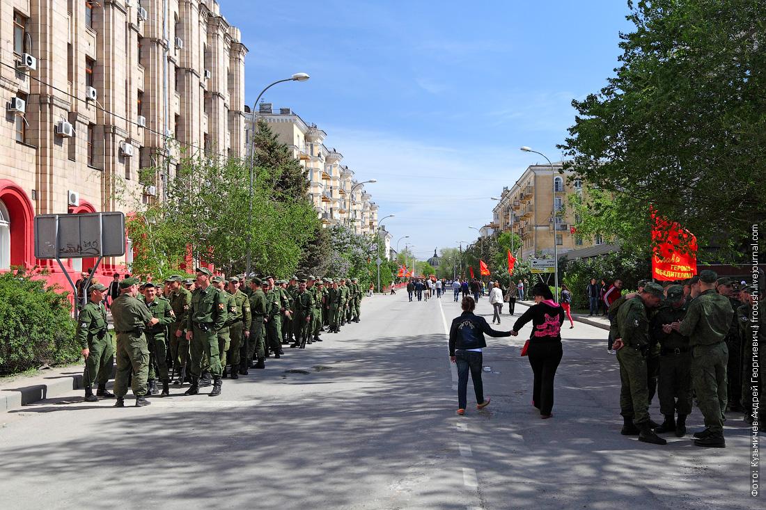 Улица Мира. Военные после парада еще не расходятся