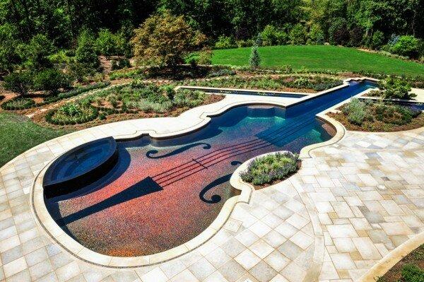 Домашний бассейн в виде великой скрипки Страдивари