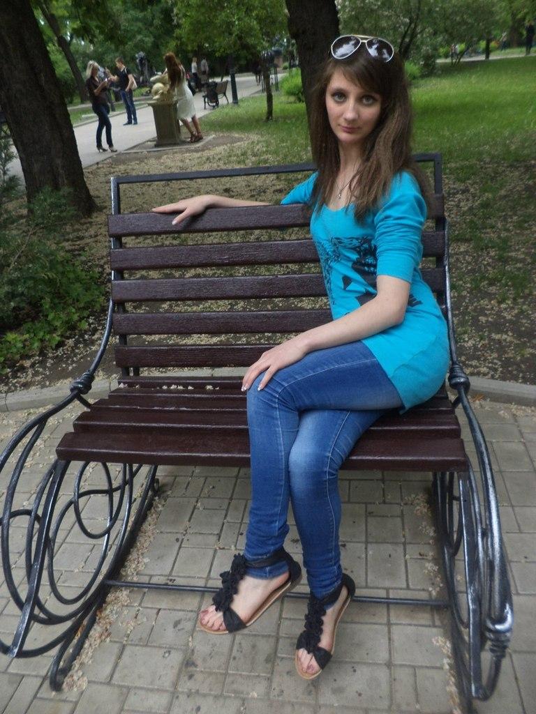 Девушка с красивым взглядом на скамейке