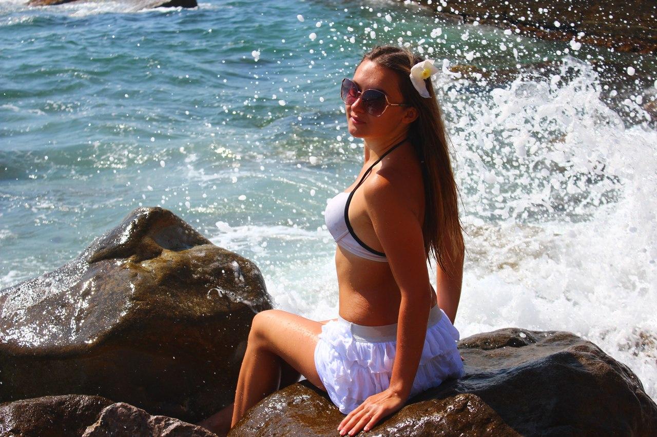 Девушка с мокрыми волосами в белом купальнике
