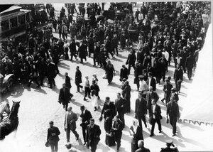 Манифестанты идут по Невскому проспекту (через Садовую улицу) после оглашения манифеста об объявлении войны Германии.