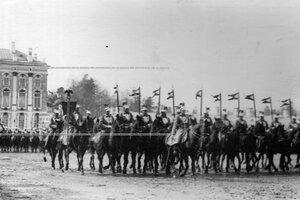 Эскадрон полка со штандартом проходит церемониальным маршем на параде полка.