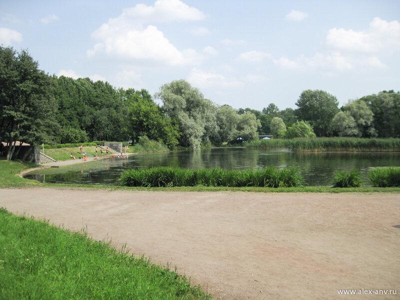 Московский парк Победы. На берегах озёр много загорающих и даже купающихся людей.