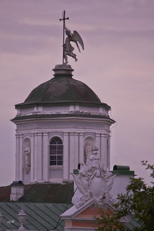 Осеняющий крестом белокрылый Ангел парящий над куполом Церкви Спаса Всемилостивого в Кускове