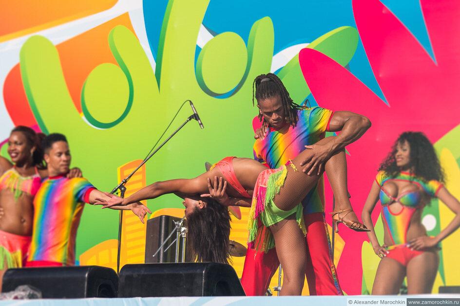 Бразильские артисты на сцене фестиваля FIFA Fan Fest в Саранске