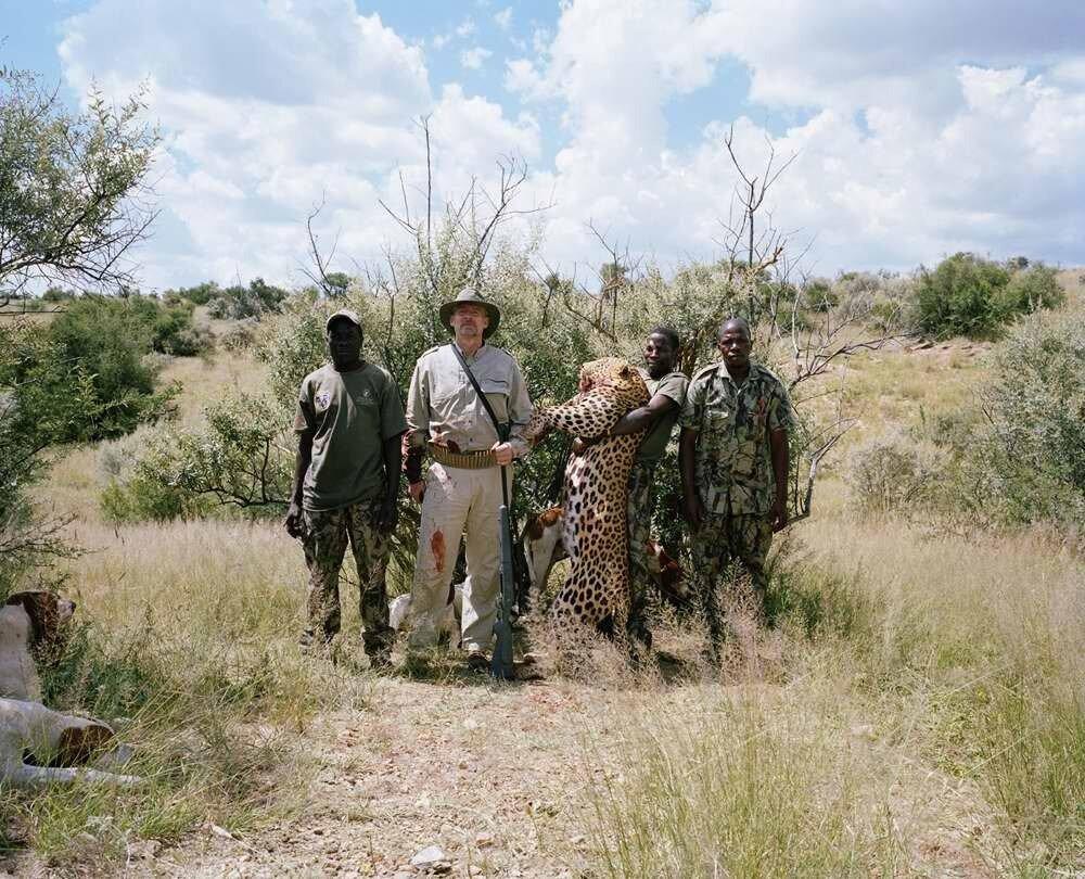 Охотник с застреленным леопардом, Намибия