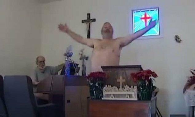 Пастор призвал прихожан ходить на службу голыми