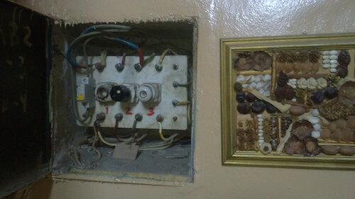 Фото 4. Этажный щит. Общий вид. Электрик отключил вводный автомат квартиры на время проведения работ.