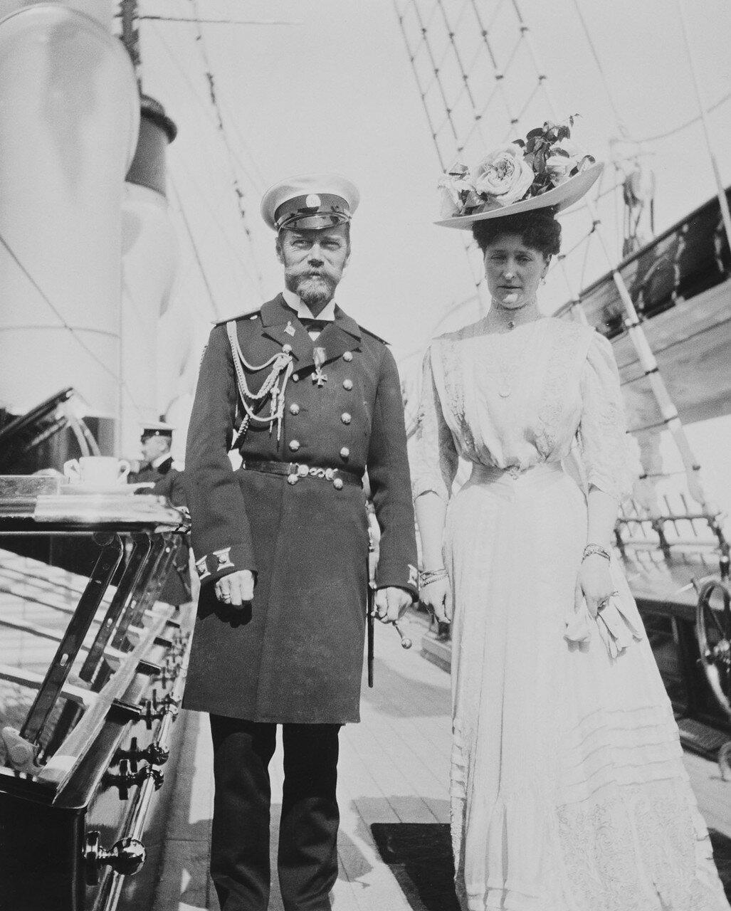 53. Царь Николай II и императрица Александра Федоровна на палубе королевской яхты «Виктория и Альберт»