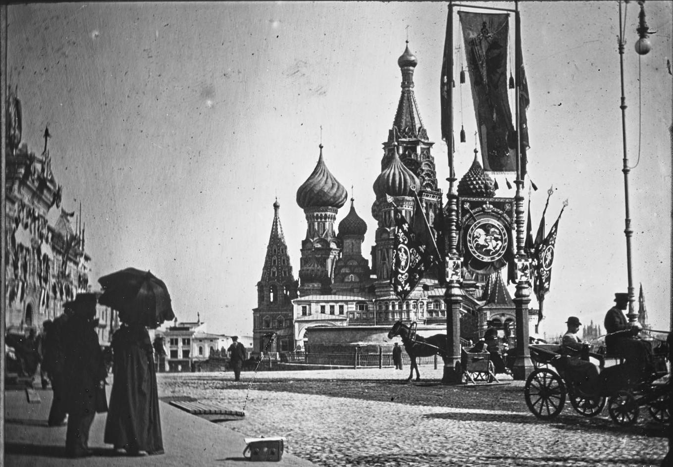 Украшенная к коронации Красная площадь