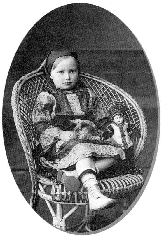 Девочка с куклой. Аля Тушина.