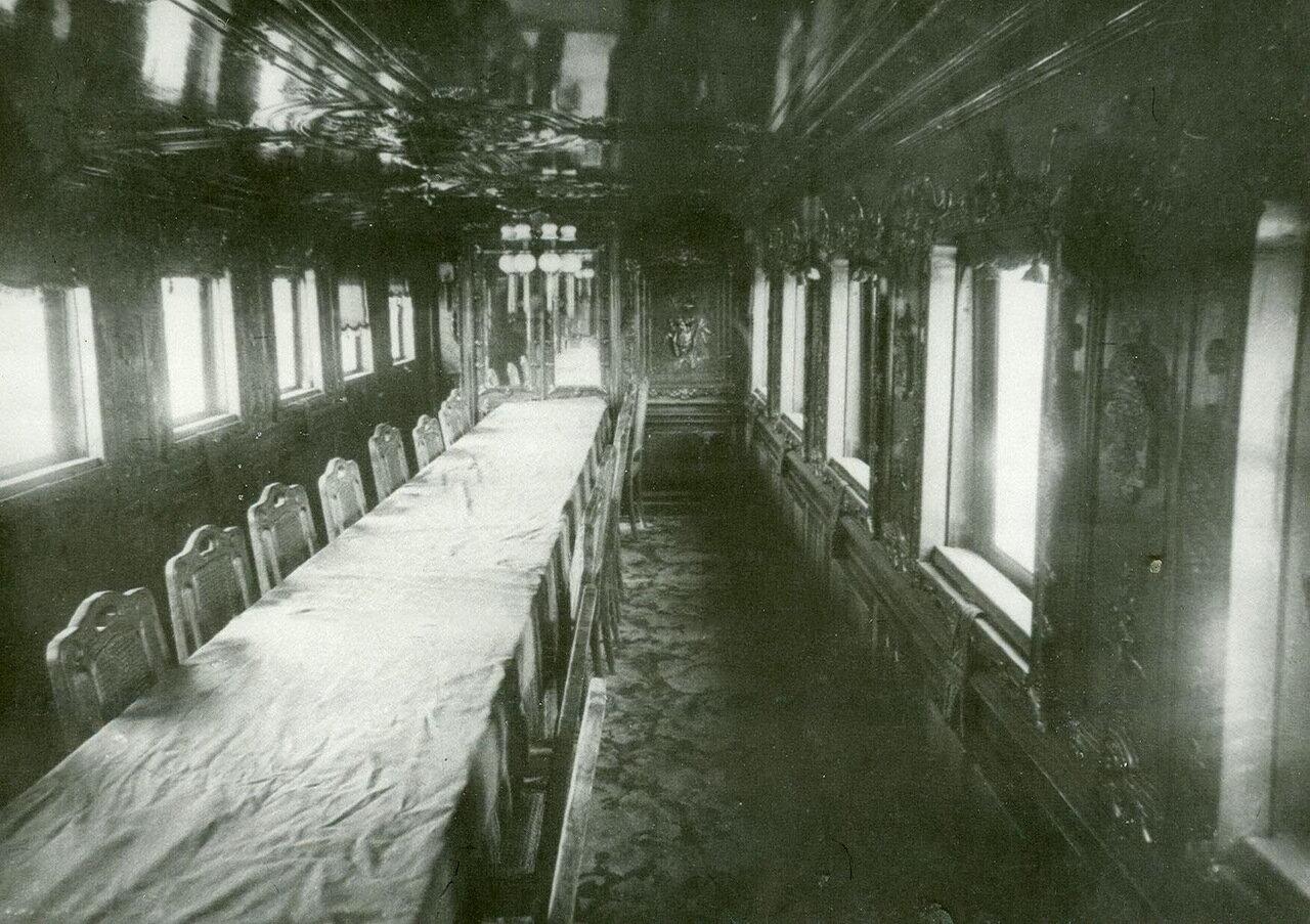 29. Внутренний вид вагона-столовой