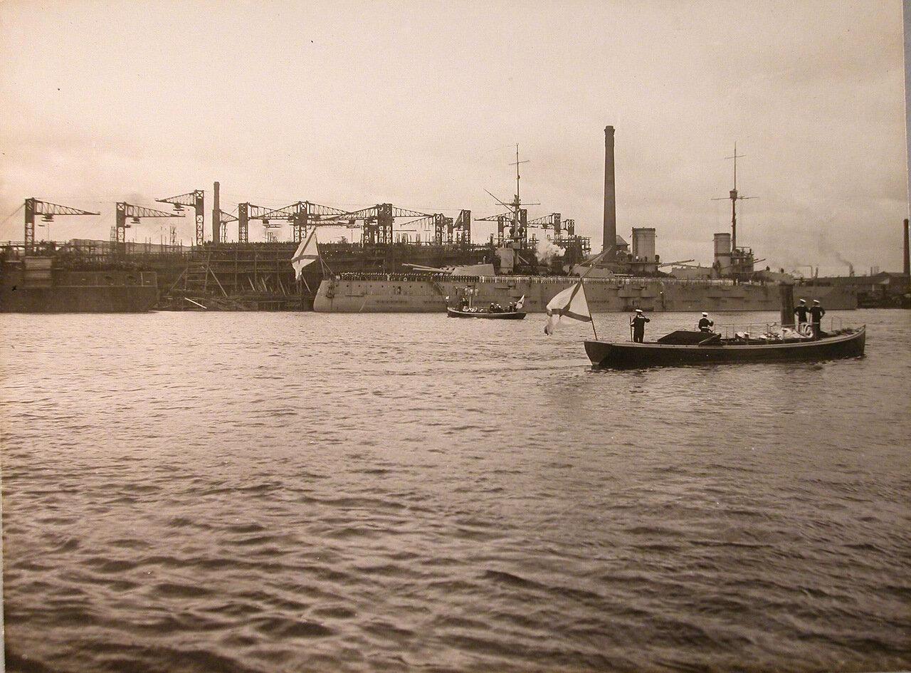 006.Император Николай II с группой морских офицеров подходит на катере к линейному кораблю  во время посещения и осмотра вновь построенных линейных кораблей